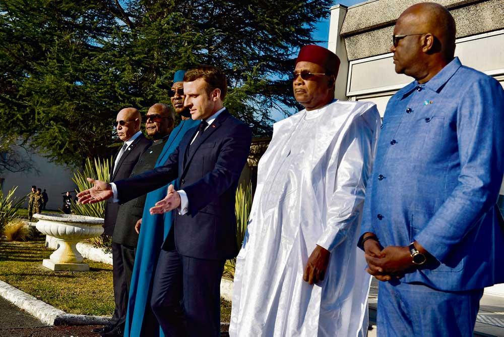 Вчера в городе По (департамент Атлантические Пиренеи) прошла встреча Эммануэля Макрона с главами государств-членов Сахельской группы, на которой обсуждались вопросы военного сотрудничества для борьбы с террористическими группировками и присутствия французских вооружённых сил в сахело-сахарской зоне, вызывающего недовольство населения этих стран.