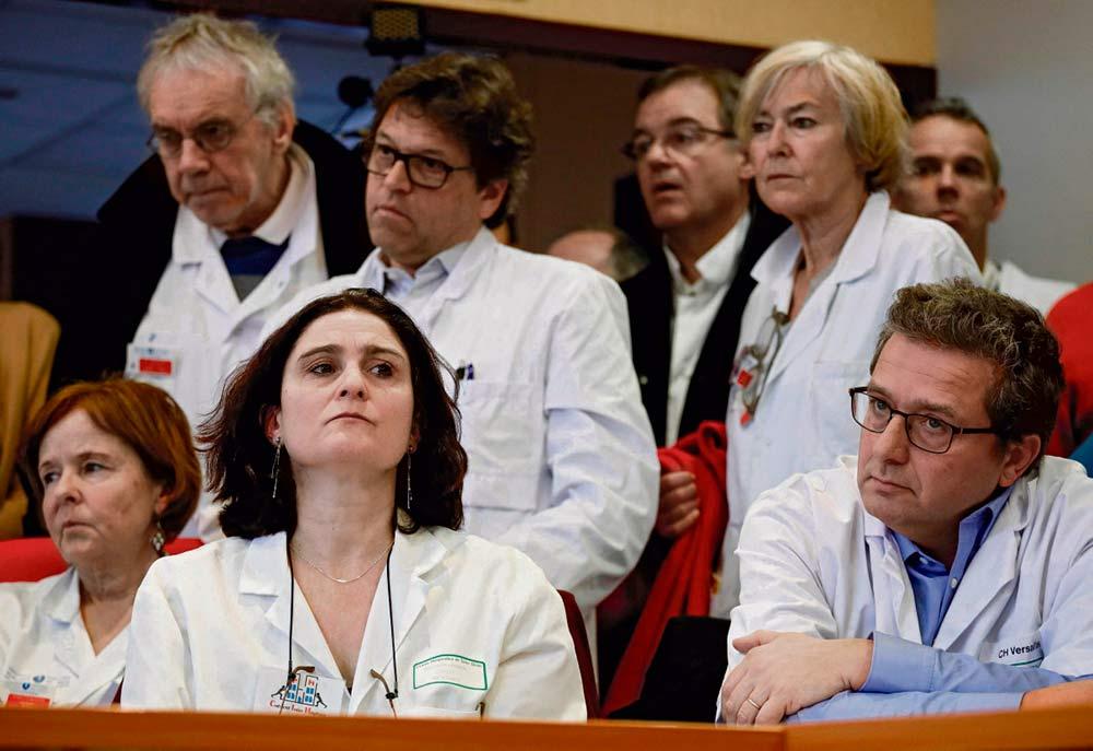 Вчера более 1 200 сотрудников больниц заявили о том, что уволятся с работы в случае, если министерство не начнёт переговоры о финансировании и зарплатах. Такого решительного шага ещё не делалось.