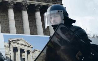 На этот раз «жёлтые жилеты» выступали не только против повышения цен на топливо, они возмущены тем насилием, которое применяют стражи порядка в отношении участников акций. Особую тревогу у протестующих вызывает использование знаменитого оборонительного травматического пистолета (LBD)