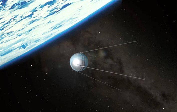Спутник, сфера 58 см в диаметре и массой 83,6 кг, выведенный на орбиту на высоту от 230 до 950 км, делает виток вокруг Земли примерно за 98 минут.
