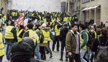 Не все они одеты в жилеты, но жёлтый цвет с некоторой долей юмора обыгрывается в различных аксессуарах: на людях надеты жёлтые шапки, ботинки, дождевики, рюкзаки.