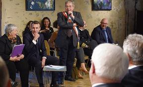 Это что, был запоздалый междусобойчик? После 8 часов, проведённых во встречах и совещаниях, президент пришёл на встречу с 60 интеллектуалами, приглашёнными в Елисейский дворец. Эммануэль Макрон был откровенен, как никогда