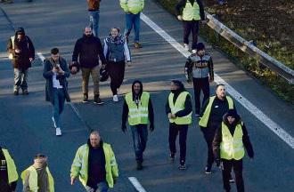 Слабо организованные, беспорядочные акции «жёлтых жилетов», имевшие порой печальный итог (одна участница погибла, свыше 400 человек получили ранения, 282 участника были задержаны), всё же продемонстрировали силу общественного недовольства.
