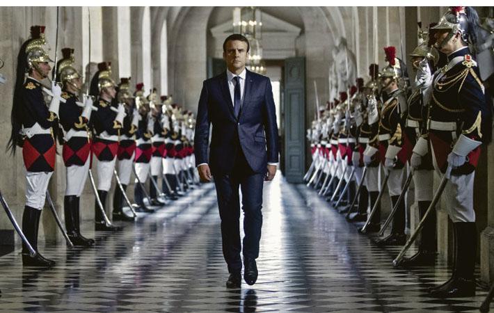 Каким чудом золото южного крыла Версальского дворца и помпезность двойной шеренги почётного караула национальной гвардии могут «одновременно» воплощать в себе обновление?