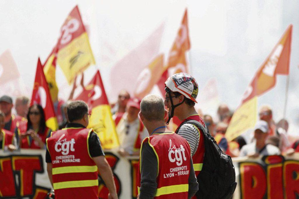 Сегодня, спустя год после принятия соглашения о железнодорожном транспорте, сотрудники компании SNCF организуют манифестацию на улицах Парижа в знак своего недовольства ложью правительства.