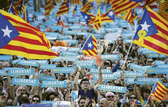 Испанское правительство объявляет, что возьмёт контроль над каталонскими административными структурами.
