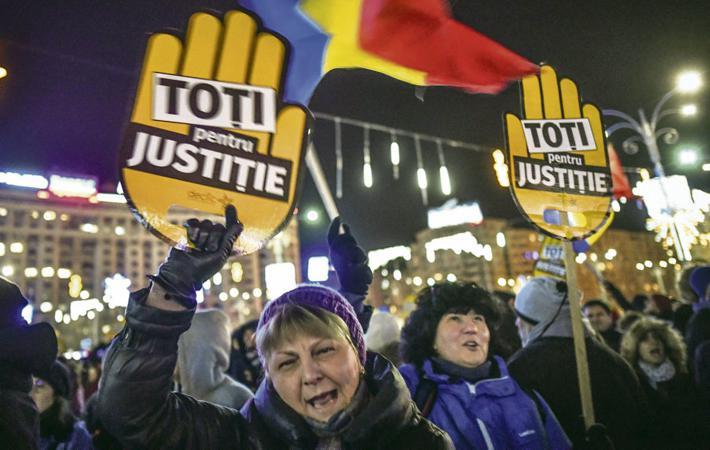 В этот Новый Год жителей Румынии ожидал «под ёлкой» странный «подарок». Но речь идёт не о подарке в прямом смысле, а о законодательном пакете, состоящем из трёх законов, последний из которых был одобрен Сенатом 21 декабря прошлого года