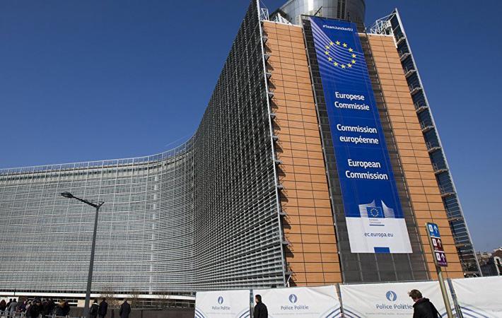 Одна за другой звучат «дифирамбы», сливаясь в единый мотив. С одной стороны, Эмманюэль Макрон исполняет «Оду радости», умножая пламенные и восхитительно-бессодержательные высказывания о Европе