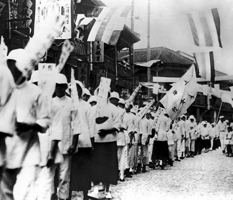 Пытаясь вернуть контроль над собственной территорией, Китай в 1917 году решил сражаться с Германией. Однако при подписании Версальского мирного договора союзники поддержали Японию