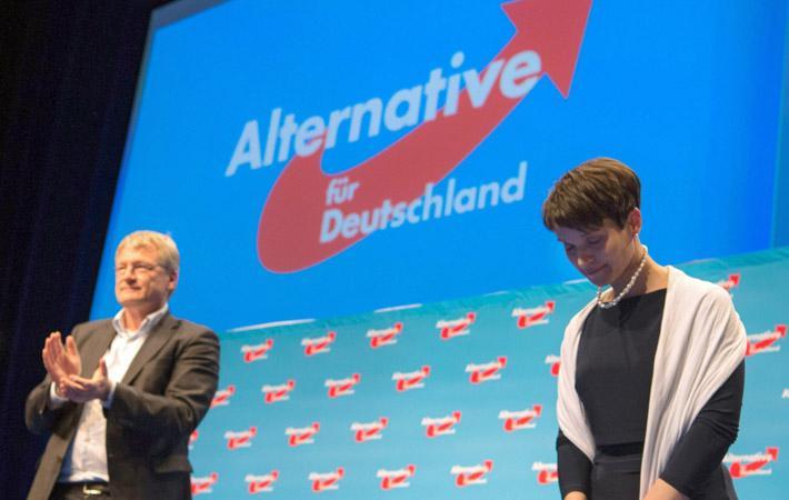 В Германии крайне правые начали повышать голос в связи с приближающимися выборами в Бундестаг, которые должны состояться 24 сентября этого года. Более тысячи жалоб на миграционную политику Ангелы Меркель были поданы в Конституционный суд Карлсруэ членами AдГ и теми, кто близок к этой организации