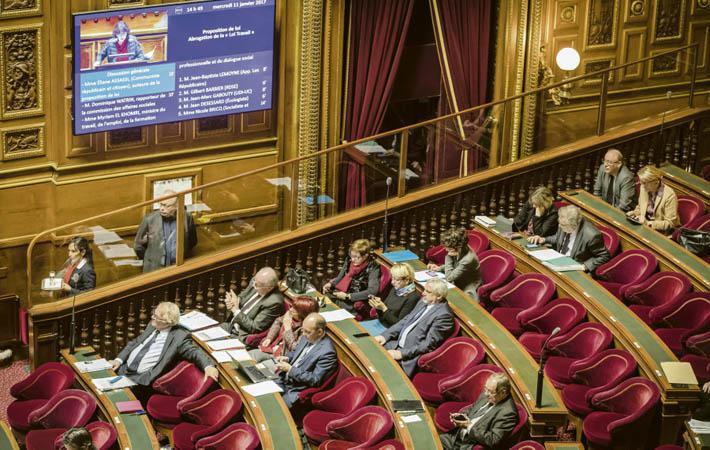 Половина из 348 депутатских мест в Сенате будет обновлена в воскресенье. Элиан Ассасси, председатель группы CRC, полагает, что коммунисты были единственными, кто противостоял Макрону, и единственными, кто выступал в защиту местных органов власти
