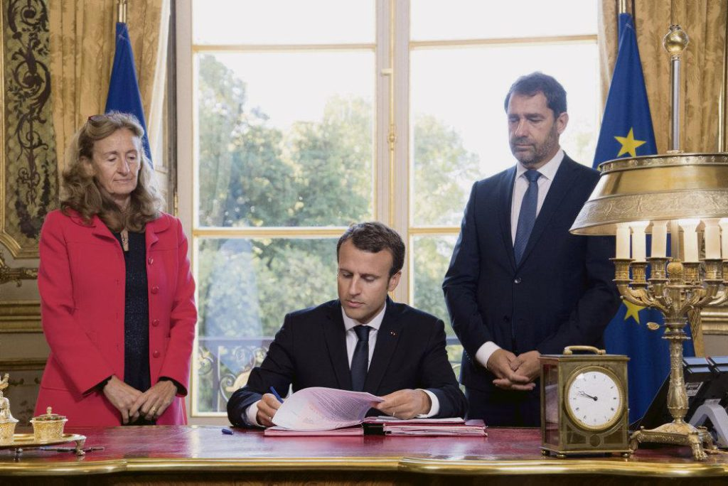 Дело Франсуа де Рюжи дало новый повод к разговорам об «укреплении нравственности» в политической жизни. Окружение Макрона поддерживает возможность перехода чиновников на работу в частные компании, о чём свидетельствует одобренный в четверг закон о реформировании госслужбы
