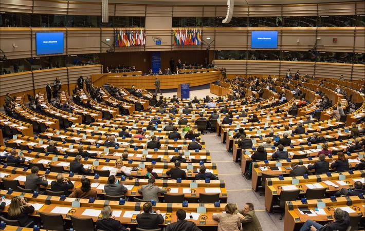"""Двадцать пять свечек украшают """"именинный пирог"""" Маастрихтского договора... Что же касается граждан Европейского союза, то таких свечек они видят не меньше тридцати шести."""