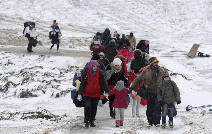 В самом центре Белграда большой заброшенный ангар, насквозь продуваемый ледяным ветром, который свирепствует в Сербии с начала года, служит импровизированным убежищем примерно для тысячи мигрантов, забытых всеми.