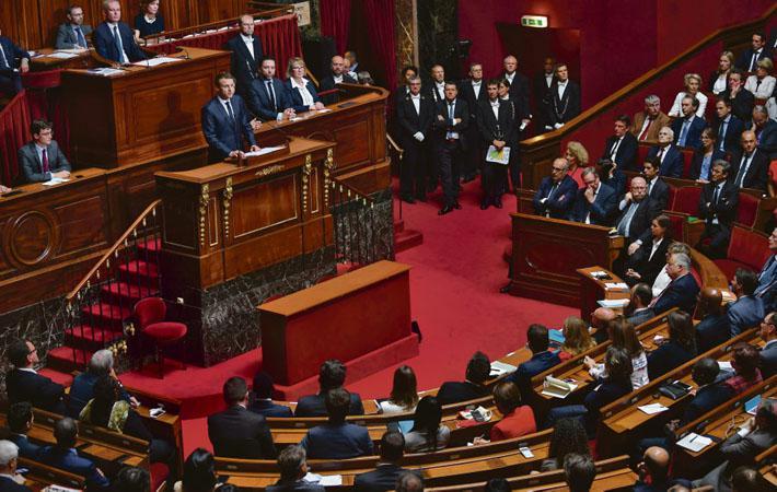 В июле 2015 года Эммануэля Макрона вполне можно было поднять на смех, когда он заявлял о том, что Франции не хватает короля. Тогдашний министр выглядел довольно нелепо, утверждая, что необходимо «заполнить этот вакуум», поскольку демократии «самой по себе недостаточно»