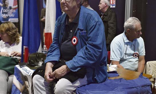 Приходите на наше представление, оно называется «Национальное объединение»! Вчера около 300-400 активистов этой крупнейшей оппозиционной партии Франции ультраправого толка собрались в зале им. Жака Бреля в Мант-ля-Виле (департамент Ивелин)