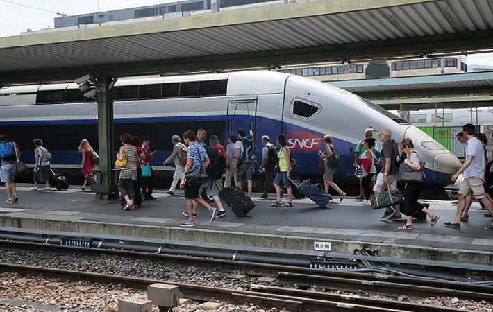 Вчера, в первый день забастовки, Франсуа стоял не сводя глаз с информационного табло, расположенного на вокзале в пригороде Эпине-Вильтанёз (Сена-Сен-Дени).
