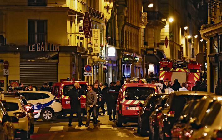 В субботу вечером около 20:40 между улицами Сент-Огюстен и Монсиньи (2-ой округ Парижа) на прохожих набросился мужчина с ножом. Этот туристический квартал в субботу вечером обычно полон народа и работавший там полицейский патруль экстренного реагирования подключился быстро