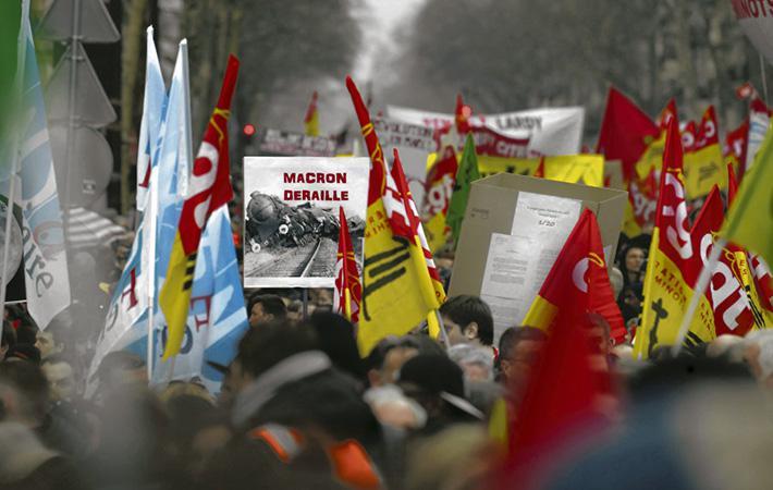 Кевин, хоть он ни служащий, ни железнодорожник, а студент университета Париж-IV, но он идёт во главе колонны работников государственных, территориальных и больничных учреждений, которые вышли на митинг по призыву семи профсоюзов.