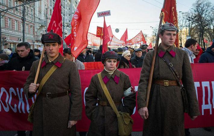 Нынешние власти не проводили пышных мероприятий по случаю 100-летия Октябрьской революции. В стремлении сохранить хорошие отношения с православной церковью и с консерваторами, они предпочли с размахом отметить в 2013 году 400-летие воцарения династии Романовых, а в 2015 году - победу над нацистами