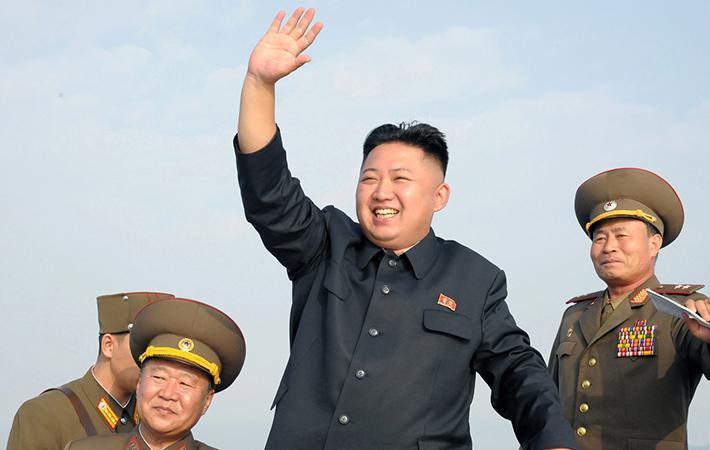 Уже четыре года подряд жители Северной Кореи встречают Новый год огромными фейерверками, которые проводятся на берегу реки Тэдонган, на площади Ким-Ир-Сена в Пхеньяне и у башни Чучхе, - местах, олицетворяющих собой три столпа национальной идеологии.