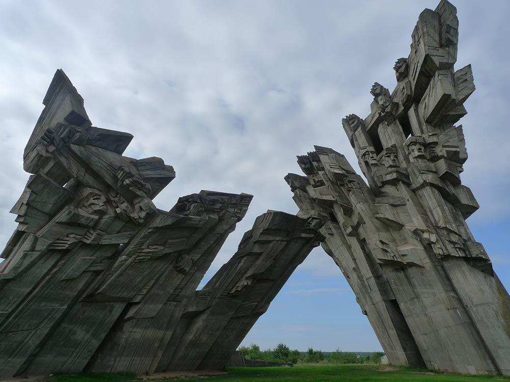 В Литве готовятся принять закон, согласно которому с самой страны, а также с её руководства снимается ответственность за преступления Холокоста. А ведь речь идёт как минимум о 200 000 погибших.