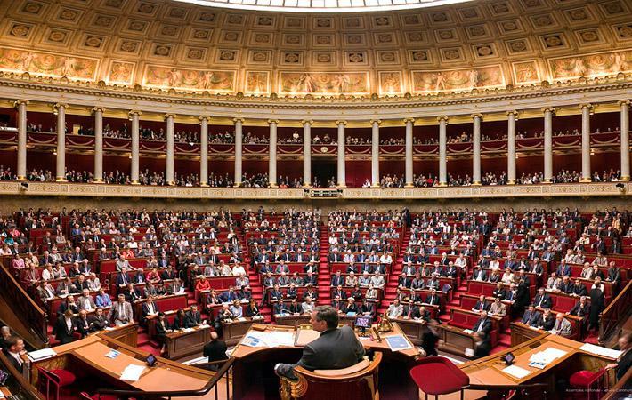 «Ensemble» сейчас в самом разгаре процесса постановки вопросов», - заявил в прошлый уик-энд во время дебатов в летнем университете ФКП Жан-Франсуа Пеллисье, один из официальных представителей движения.