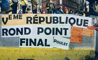 На круговых перекрёстках люди требуют референдума по гражданской инициативе с правом отзыва и учреждения. А власть намерена предложить провести референдум «по-старому», то есть такой, какой предусматривается Конституцией Пятой Республики
