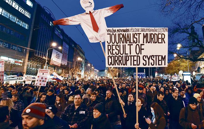 Состоялись самые многочисленные акции протеста со времён бархатной революции 1989 года. В пятницу по всей Словакии прошли митинги, на которых десятки тысяч человек выступили против коррупции и потребовали отставки премьер-министра социал-демократа Роберта Фицо