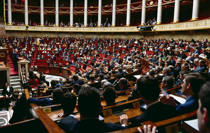 Государственная железнодорожная служба потерпела серьёзную неудачу в Национальной Ассамблее, но игра ещё не окончена. После её принятия (454 голоса «за», 80 – «против»), реформа SNCF, подготовленная правительством, должна пройти через Сенат
