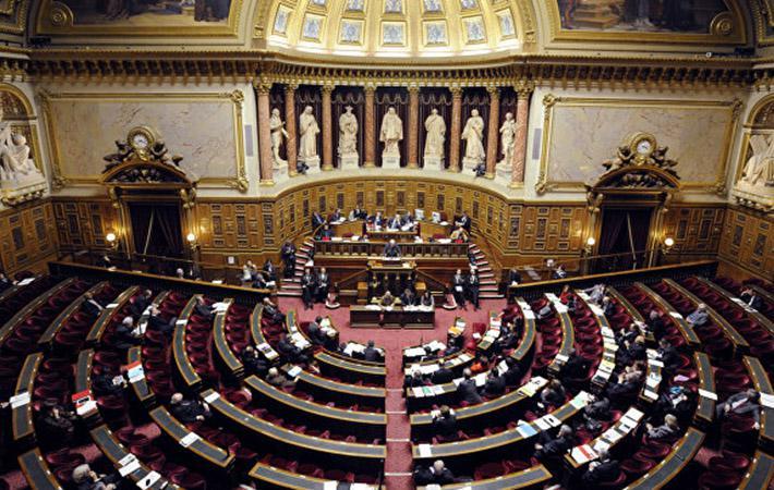 Действительно, в пятницу президент Республики и премьер-министр зачем-то встретились в Елисейском дворце с Франсуа де Рюжи («Вперёд,Республика!») и Жераром Лярше («Республиканцы»), а в ближайшие дни намерены объяснить конкретный смысл своих предложений.