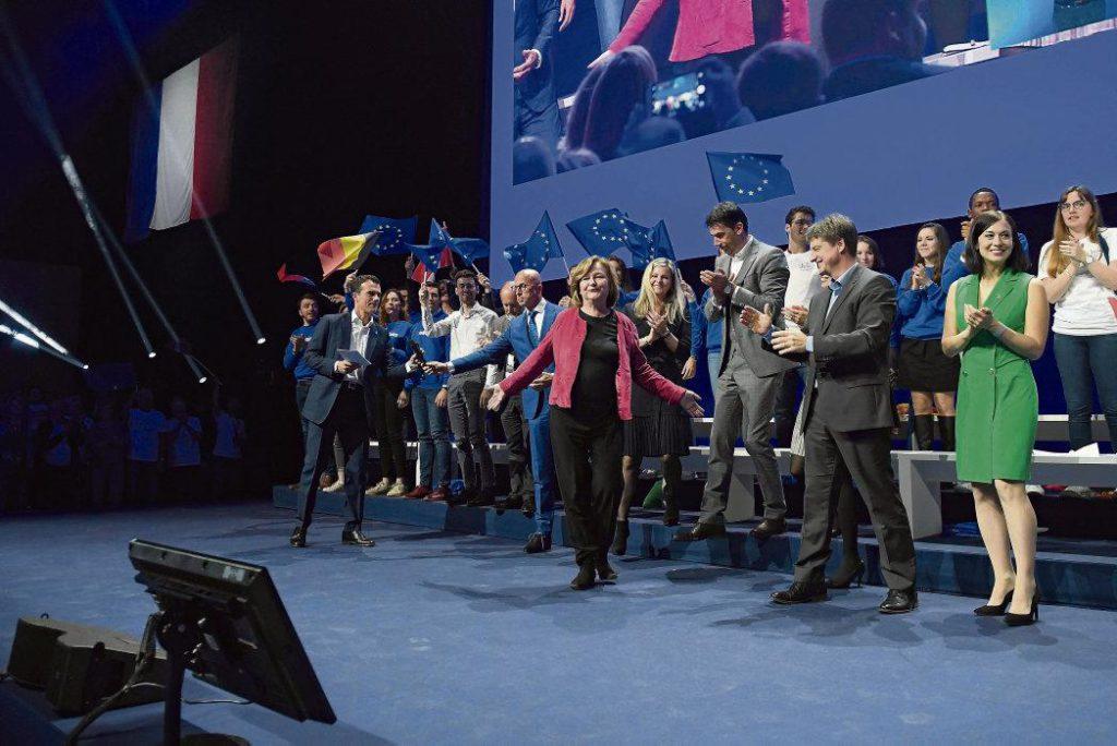 Лидерам движения «Вперёд!Республика!» (ВР) нелегко убедить сограждан в своём стремлении «перестроить» Европу, ведь программа движения и выбор его будущих союзников говорят об обратном. Оказавшись в непростом положении, руководство президентской партии делает ставку на лозунг «Или мы, или хаос»
