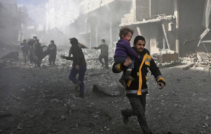 В ночь с субботы на воскресенье Совет безопасности ООН единогласно принял резолюцию, требующую от всех сторон немедленного прекращения боевых действий и введения перемирия на срок не менее непрерывных тридцати дней для реализации долговременной гуманитарной программы.