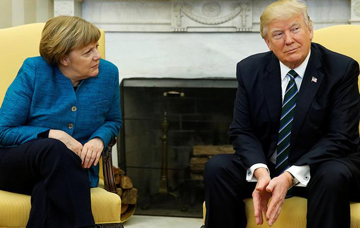 Кадр, где протянутая рука немецкого канцлера была проигнорирована новым президентом США во время их первой встречи в Белом доме зимой этого года, обошёл весь мир. С тех пор отношения между Ангелой Меркель и Дональдом Трампом явно не улучшились