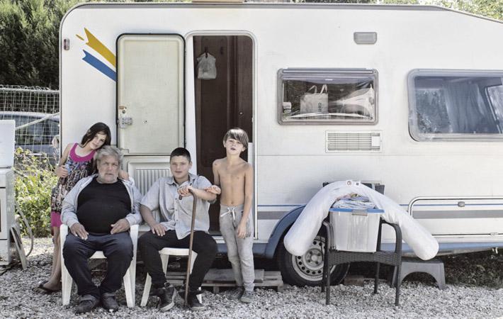 В двадцати минутах езды от Парижа, на холмах Вилье-ле-Бель (департамент Валь-д'Уаз), в маленьких домиках, стоящих в зелёном массиве, проживают несколько цыганских семей. Вот уже почти тридцать лет, как они выбрали местом жительства эти, пусть и не принадлежащие им, земли и наладили там свой быт