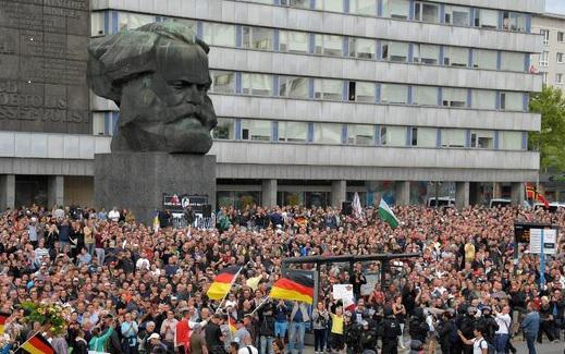 В произошедших соытиях, а также в комментариях прессы Оффенштадт видит последствия коммунистического прошлого.