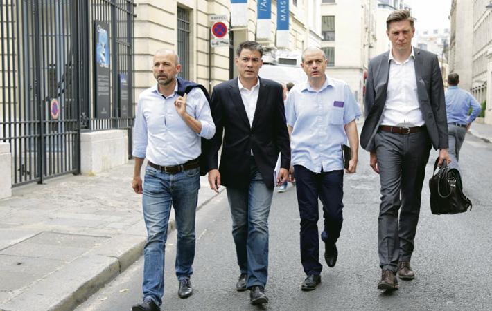 Члены Национального совета Соцпартии собрались буквально в нескольких метрах от места проведения семинара президентской партии большинства для того, чтобы попытаться сформулировать свою позицию относительно последней.