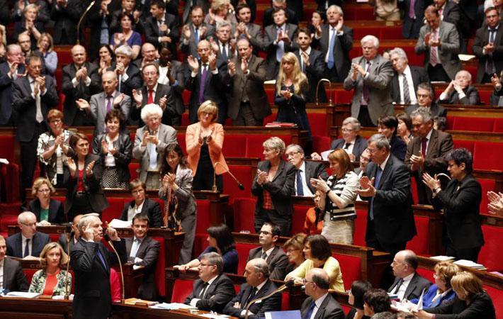 Национальное собрание Франции превратилось в место кардинальных перемен. Голосование за полномочия на реформирование Трудового кодекса посредством указов и голосование за «морализацию» общественной жизни, ключевые для будущего страны и направлений политики, идёт по совершенно новым линиям