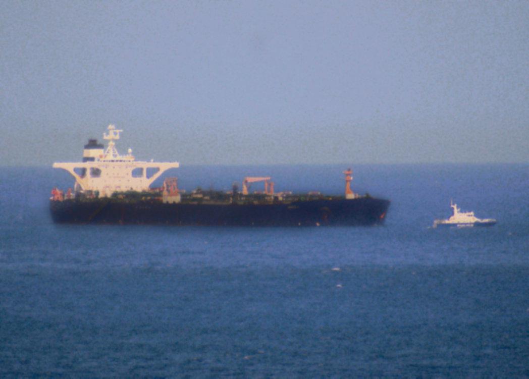 Официальный Лондон утверждает, что иранские суда пытались помешать проходу британского нефтяного танкера через Ормузский пролив.
