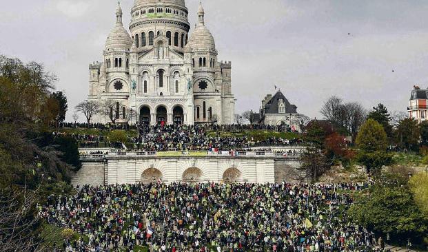 Перед базиликой Сакре-Кёр были натянуты заградительные жёлтые ленты и дежурил полицейский спецназ. На верхних ступеньках эспланады, с которых открывается великолепный вид на Париж, были размещены усилители звука, из которых раздавались песни партизан