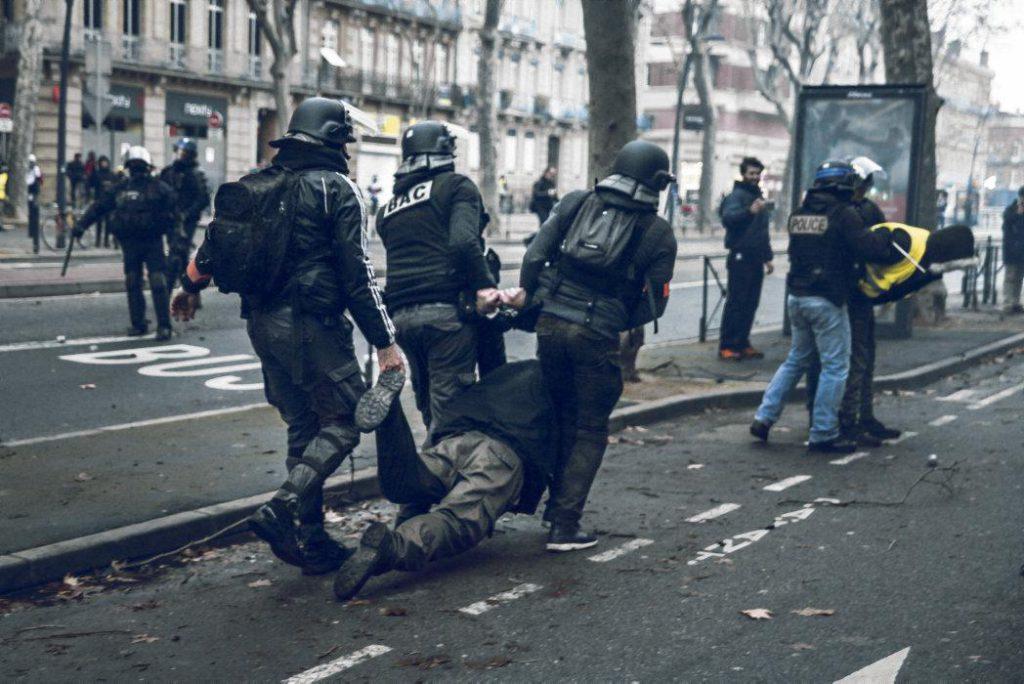 Центр наблюдения за работой полиции опубликовал доклад, в котором назвал «избыточными» меры безопасности, принимаемые в «розовом городе». Действия сотрудников криминальной полиции привели к эскалации насилия