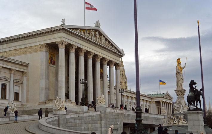 Вчера вечером в Австрии прошли досрочные парламентские выборы, победу на которых одержал изоляционизм, занимающий позицию между ксенофобским популизмом и осознанным расизмом.