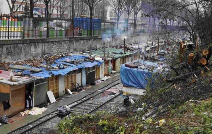 С трущобой Малого кольца на севере Парижа покончено. Полицию ожидали к семи часам утра, но на самом деле она прибыла в шесть и заставила всех выйти.