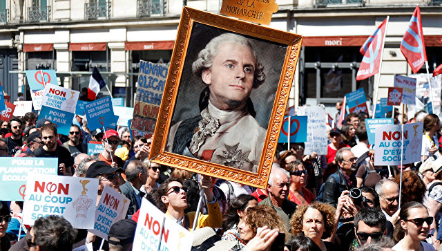 72 % французов считают правительство страны недалёким, наглыми и авторитарным. В обществе растёт недовольство. Сторонники властей переходят в контратаку, выставляя активистов общественного движения врагами Республики.