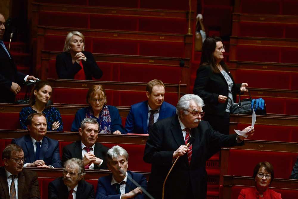 После ряда разногласий депутаты от «Франции непокорённой» (ФН), Французской коммунистической партии (ФКП) и Социалистической партии приняли решение о совместном использовании всех имеющихся в их распоряжении парламентских средств для борьбы с пенсионной реформой.