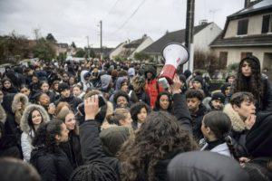 С января 2020 года в регионе Иль-де-Франс этой унизительной процедуре незаконно подверглись по крайней мере 25 старшеклассников. Семьи готовятся вместе защищать ребят.