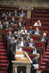 Во время пленарных заседаний депутаты-противники пенсионной реформы всё чаще указывают на нарушения регламента и просят прервать заседание. Они выражают протесты парламентскому большинству, считая, что оно «сливает» поправки к законопроекту и уклоняется от обсуждений.