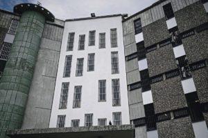 Общественность обеспокоена тем, что власти недостаточно внимательно относятся к проблемам подростков. На прошлой неделе один из несовершеннолетних заключённых, отбывавший наказание в тюрьме, расположенной в регионе Иль-де-Франс, свёл счёты с жизнью.