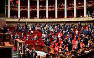 Члены Французской компартии (ФКП) и «Франции Непокорённой» (ФН) представили совместный план действий во время заседания по проекту пенсионной реформы. В грядущий понедельник будет вынесен вопрос о проведении народного голосования по этому поводу, которого хотят 67 % французов.