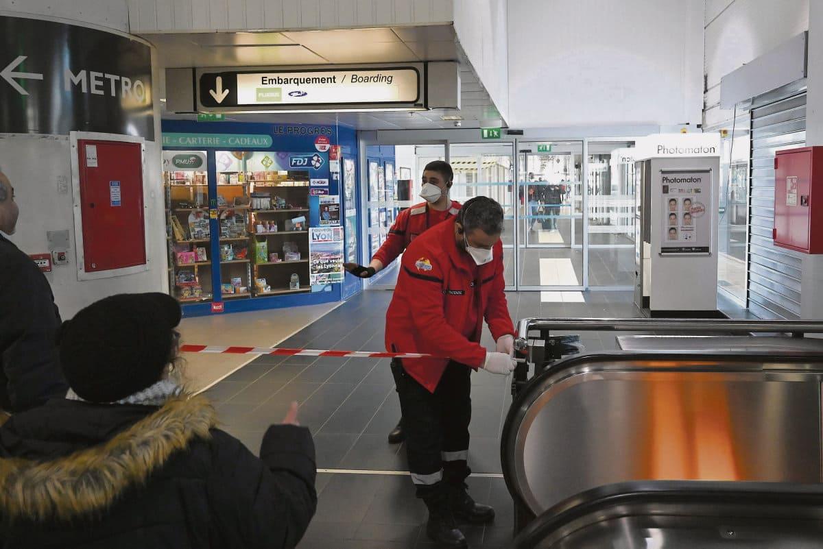 Франция стала вторым после Италии очагом вирусной инфекции в Европе: в стране зафиксировано 100 случаев заражения вирусом Covid-19. Темпы распространения заболевания заставляют правительство принять экстренные меры, которые, однако, вызывают немало вопросов.